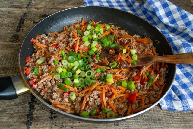 Жарим овощи с мясом 10 минут, перемешиваем. Через 10 минут приправляем