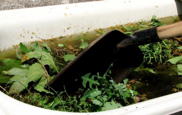 Можно травяную бродилку иногда помешивать лопатой