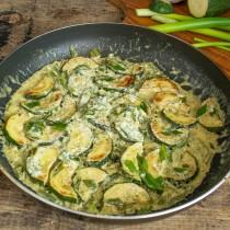 Прогреваем овощи со сметанным соусом несколько минут, встряхиваем сковородку