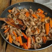 Быстро обжариваем мясо, смешиваем с овощами. Убавляем огонь, готовим 10 минут и солим