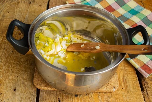 В кастрюлю кладём топлёное сливочное масло, добавляем чили, чеснок и имбирь