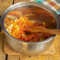 Добавляем томатную пасту или томатное пюре, насыпаем сладкую паприку и куркуму, обжариваем