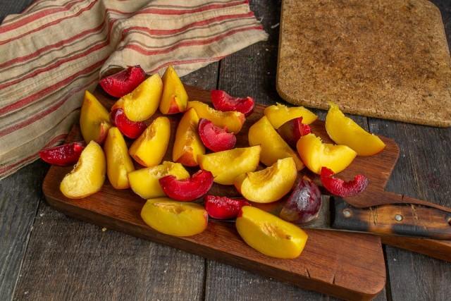 Очищенные сливы и персики нарезаем крупными дольками