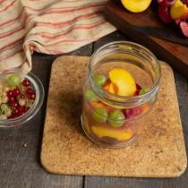 Заполняем банку наполовину фруктовыми дольками, добавляем ягоды