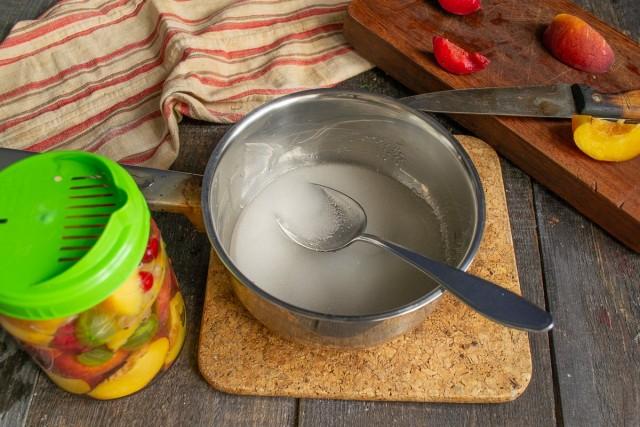 Сливаем воду в кастрюлю, насыпаем сахарный песок, перемешиваем и доводим до кипения, кипятим 5 минут