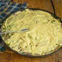 На картошку выливаем оставшееся тесто, распределяем его по всей поверхности