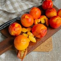 Снимаем кожицу с персиков