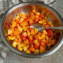 Режем очищенные персики и помещаем в широкий сотейник для варки джемов