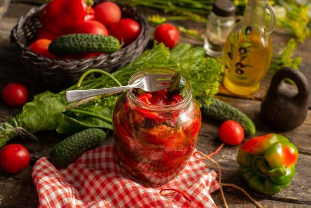 Вкусный и простой салат из помидоров и огурцов на зиму