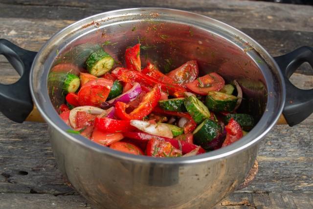 Тщательно перемешиваем овощи с приправами