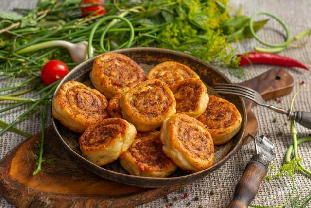 Вкуснейшие пирожки-рулетики с фаршем на сковороде