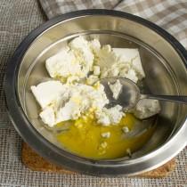 Творог разминаем в миске вместе с щепоткой соли и яйцом