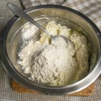 Просеиваем на творог смесь соды и муки