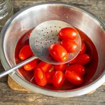 Кладём помидоры в кипящую воду на 1-2 минуты, перекладываем в подготовленную тару