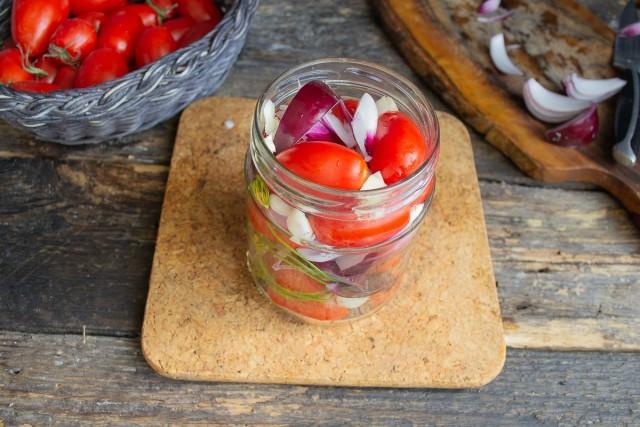 Заполняем банку, наливаем кипящую воду, оставляем овощи в кипятке на несколько минут