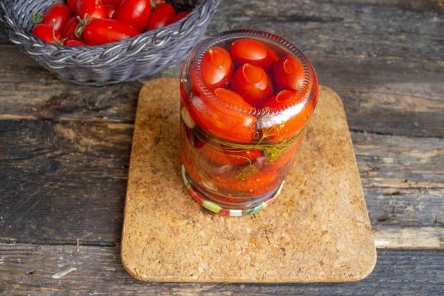 Пастеризуем маринованные помидоры черри, плотно закупориваем банку и переворачиваем