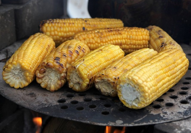 Кукурузу варят, запекают на углях, на мангале, в фольге в духовке