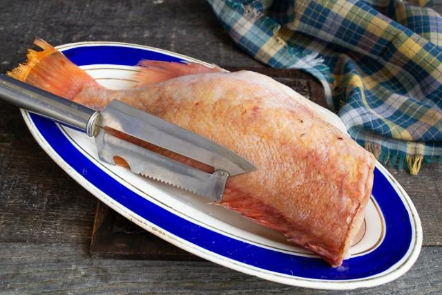 Очищаем рыбу от чешуи, разрезаем брюшко, тщательно вычищаем внутренности, ополаскиваем