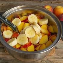 Добавляем спелые бананы, порезанные кружочками