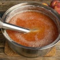 Измельчаем ингредиенты до получения густого, однородного пюре