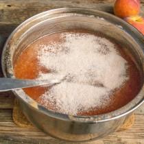 Высыпаем смесь сахарного порошка и пектина, помешиваем