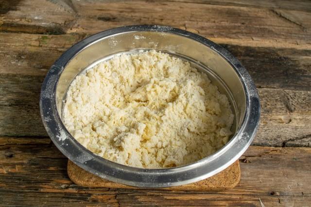 Просеиваем муку с пекарским порошком. Добавляем масло, сахар, растираем сухие ингредиенты с маслом