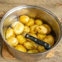 Отвариваем картофель до готовности, в конце варки солим