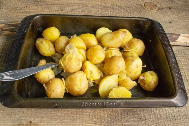 К луку добавляем отваренный картофель