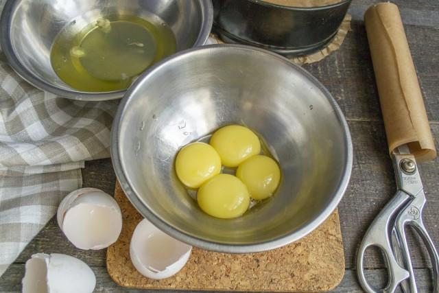 Разбиваем яйца в миску и отделяем желтки от белков