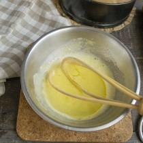 К растёртым желткам добавляем щепотку мелкой соли и наливаем кукурузное масло
