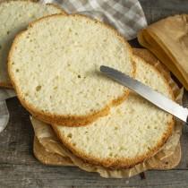 Выдерживаем бисквит до полного остывания. Разрезаем на 3 коржа одинаковой толщины