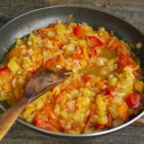 Тушим овощи под крышкой 45 минут, затем снимаем крышку и выпариваем влагу 10 минут