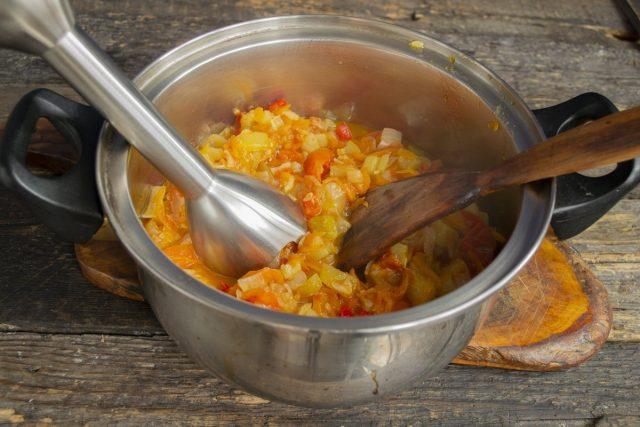 Перекладываем овощи в глубокую кастрюлю и измельчаем до однородного состояния