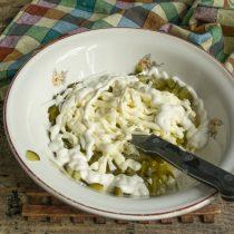 Натираем варёные яйца в миску. Добавляем майонез «Провансаль» и жирную сметану