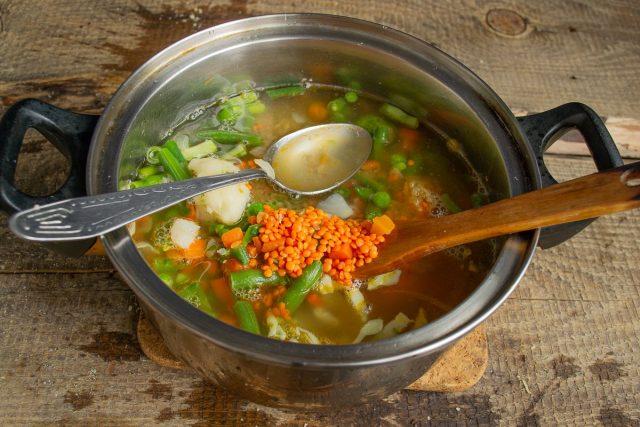 Наливаем кипящую воду или горячий овощной бульон