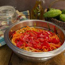 Добавляем мякоть томатов и рисовый уксус