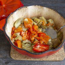 Добавляем в жаровню запеченные овощи, тушим примерно 1 час