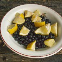 Нарезаем лимон небольшими ломтиками