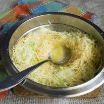 Разбиваем в миску два куриных яйца и перемешиваем