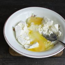 К творогу добавляем сахарный песок, разбиваем куриные яйца, солим