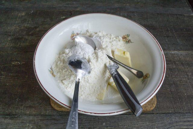 На холодное масло насыпаем пшеничную муку, добавляем разрыхлитель теста