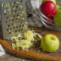 Яблоки натираем на крупной овощной тёрке