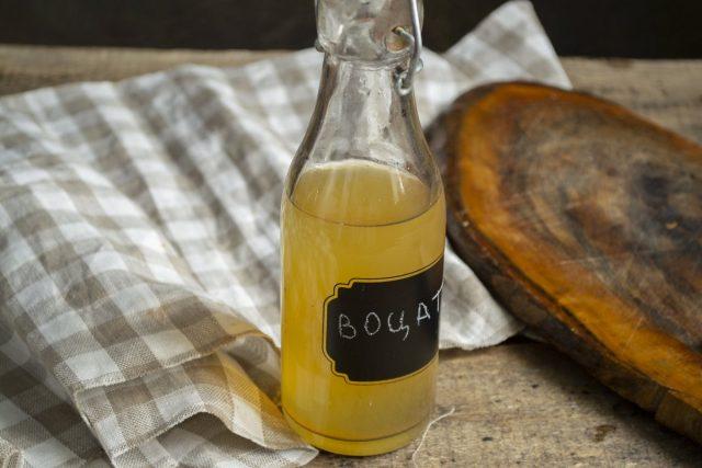 Через месяц снова переливаем домашний яблочный уксус в чистые бутылки и плотно закупориваем