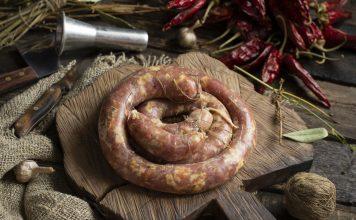 Домашняя свиная колбаса с салом и специями