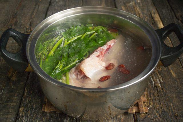 Кладём курицу, добавляем пучок зелени и готовим вместе с фасолью
