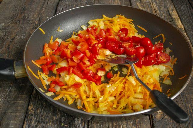 Добавляем перец и помидоры, перемешиваем и готовим всё вместе