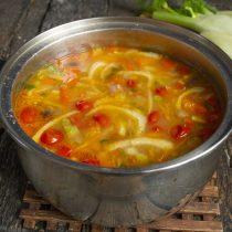Готовим суп 20 минут. За 5 минут до окончания варки приправляем