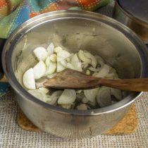 В кастрюлю наливаем растительное масло, кладём лук и чеснок