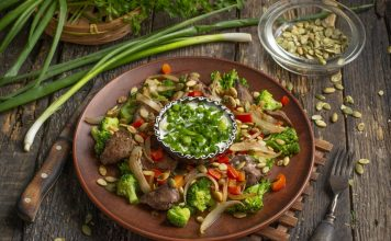 Тёплый диетический салат из куриной печени с овощами