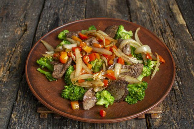 Выкладываем ингредиенты салата